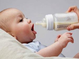1c870950f36ef وعن عدد مرات إرضاع الطفل على مدار اليوم أوضحت فلوتكوتر، مدير شبكة الصحية  سبيلك للحياة بمدينة بون الألمانية  من الأفضل إرضاع الطفل وفقاً